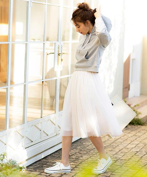 グレースウェットパーカー×白チュールスカートのコーデ画像