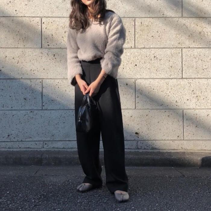 ベージュシャギーニット×黒ワイドパンツのコーデ画像