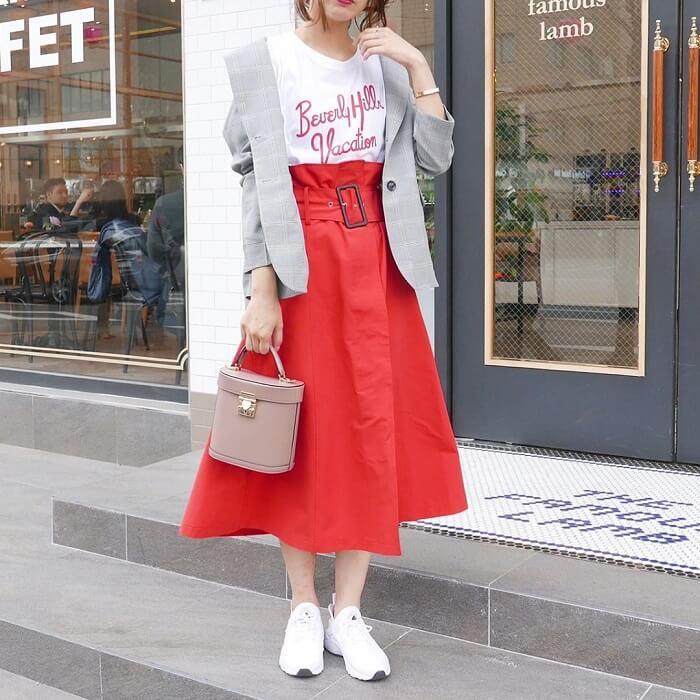 白プリントTシャツ×赤フレアスカート×グレージャケットのコーデ画像