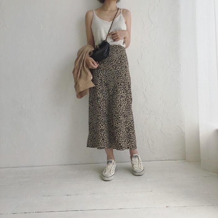 シャツ×レオパード柄スカート×白ローカットコンバースのコーデ画像