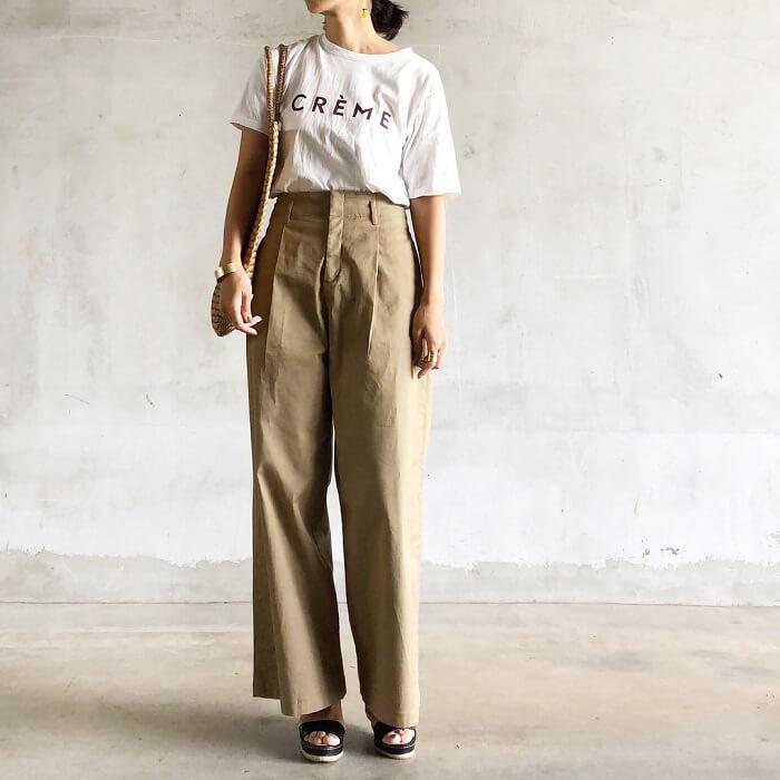 ロゴTシャツ×ベージュパンツのフレンチカジュアルコーデ画像