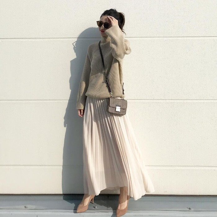 ベージュニット×白プリーツスカートのコーデ画像
