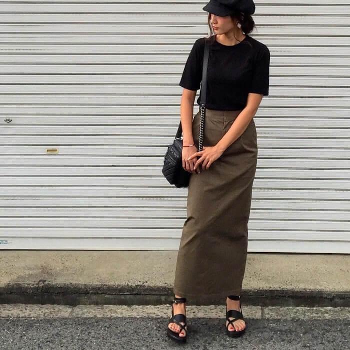 濃いカーキのタイトスカート×黒のTシャツ&小物