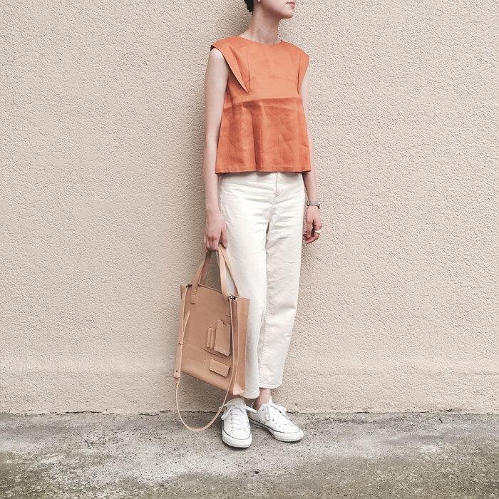 オレンジブラウス×白デニム×白ローカットコンバースのコーデ画像