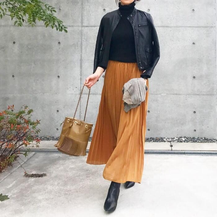 シフォンプリーツのロングスカート×レザージャケット