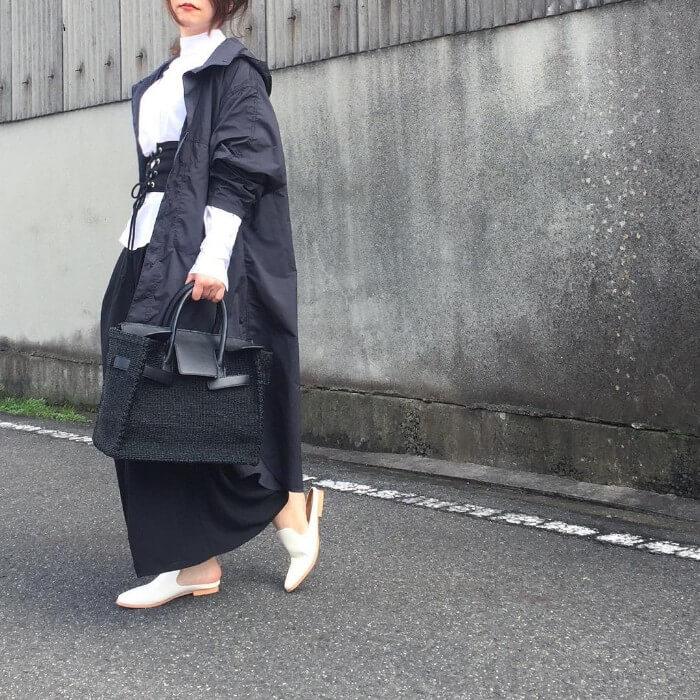 黒ロングフレアスカート×白パンプスのコーデ画像