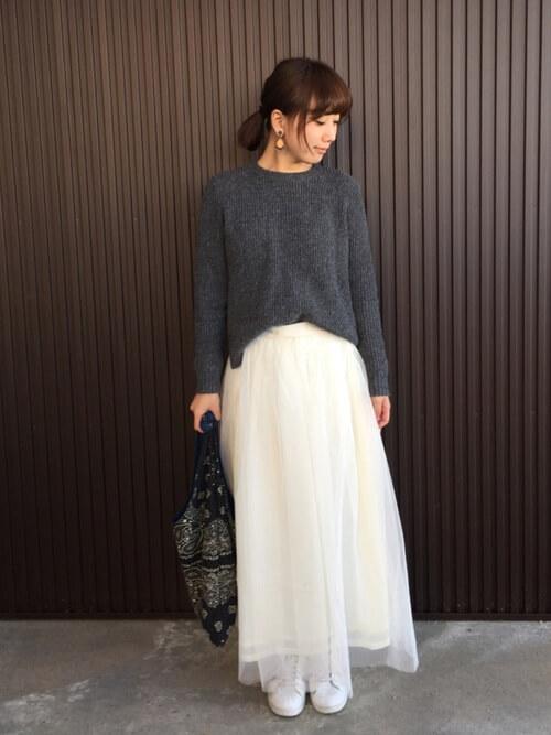 グレーニット×白チュールスカートのコーデ画像