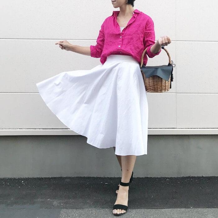 ピンク×白サーキュラースカートのコーデ画像