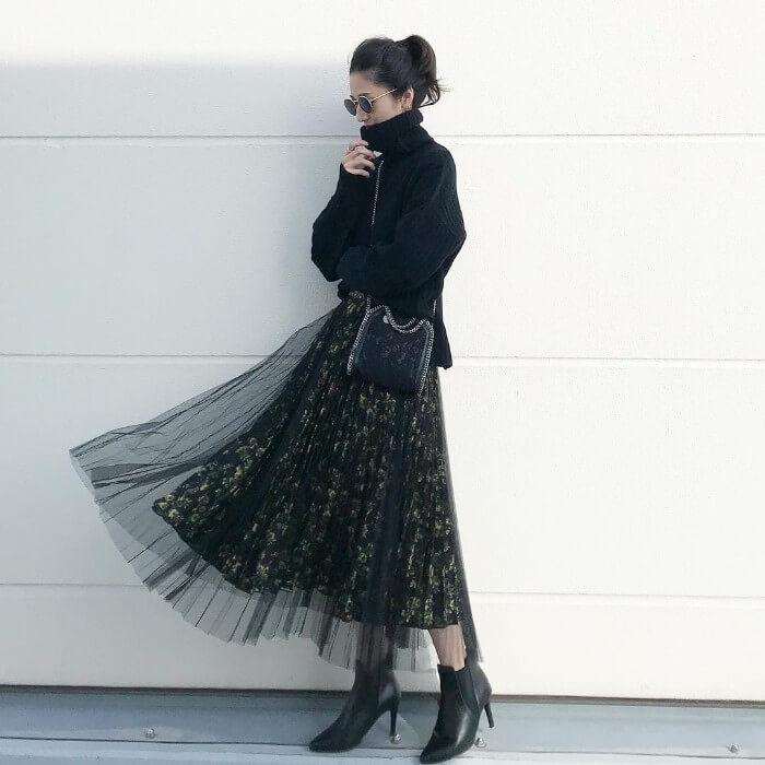 黒タートルネックニット×花柄黒スカートのコーデ画像