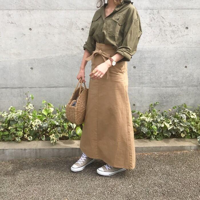 カーキシャツ×チノロングスカートのコーデ画像