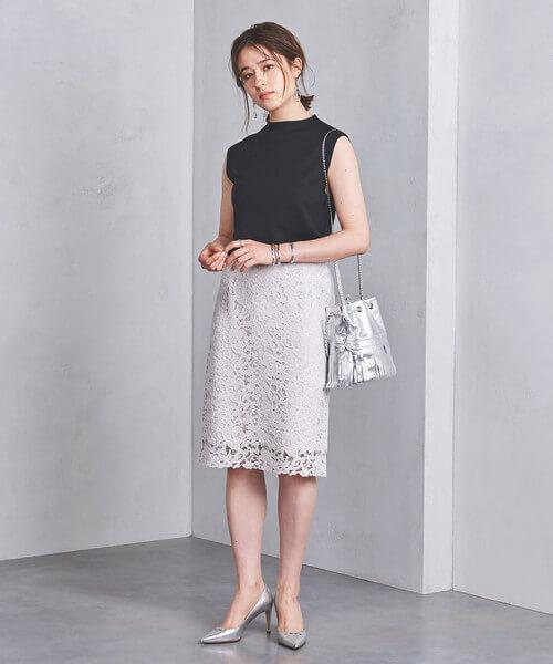 黒ノースリーブ×ライトグレーレースタイトスカートのコーデ画像