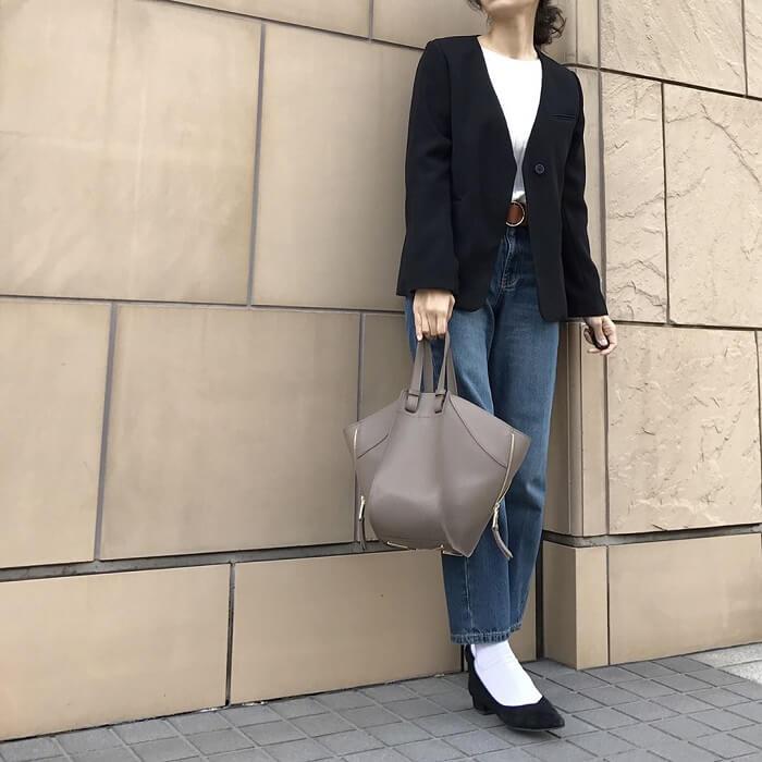 黒ノーカラージャケット×デニムパンツのコーデ画像