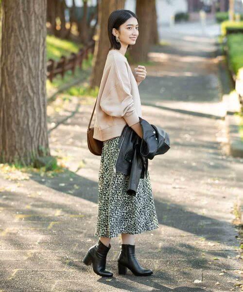 ベージュスウェット×小花柄スカートのコーデ画像