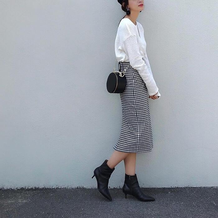 白トップス×ギンガムチェックのタイトスカートのコーデ画像