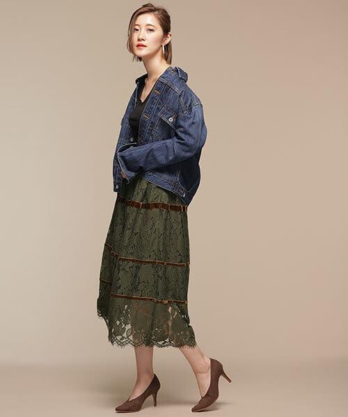 グリーンレーススカートとデニムジャケットのコーデ画像