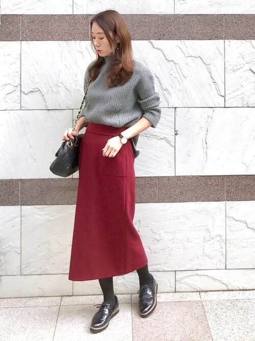 グレータートルネックニット×赤スカート