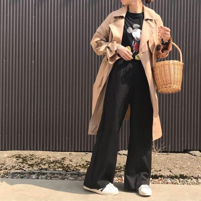 トレンチコート×黒キャラTシャツ×黒ワイドパンツのコーデ画像