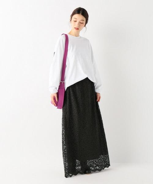 白ロンT×チャコールグレーロングレーススカートのコーデ画像