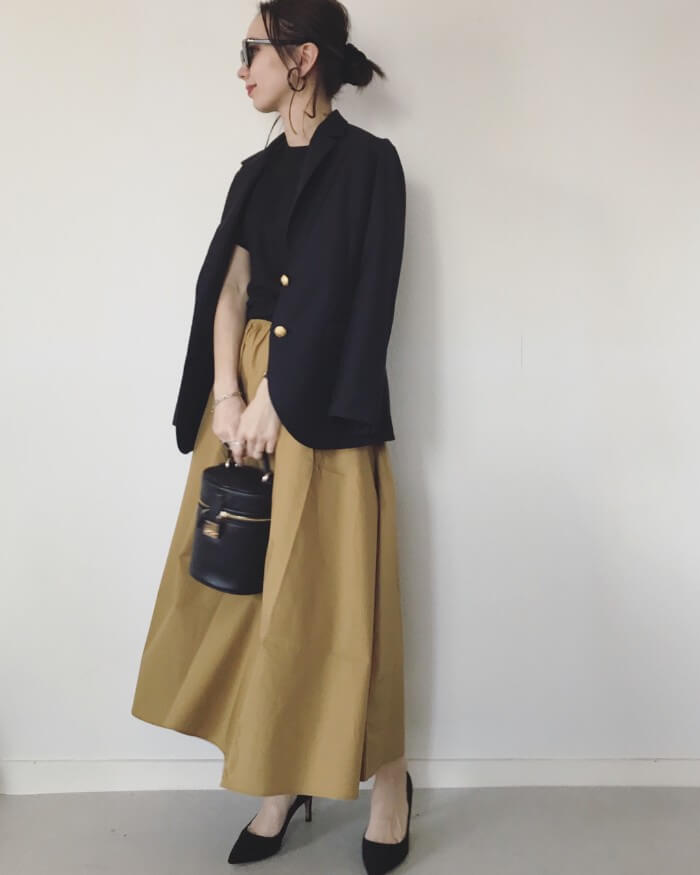 黒テーラードジャケット×キャメル色スカート