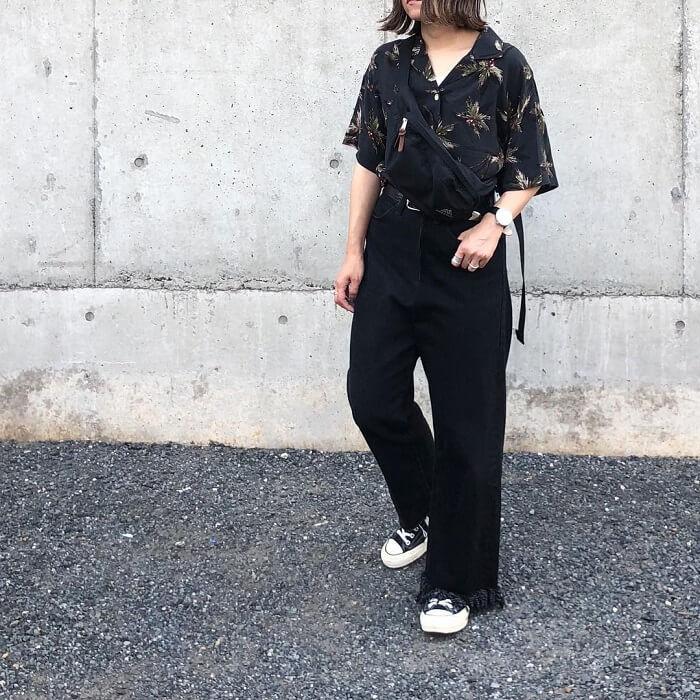 ドロップショルダーの開襟アロハシャツとワイドデニムのコーデ画像