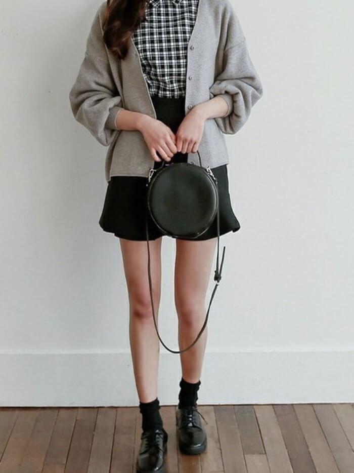 ミニフレアスカート×チェック柄ブラウス×ゆったりカーデのコーデ画像