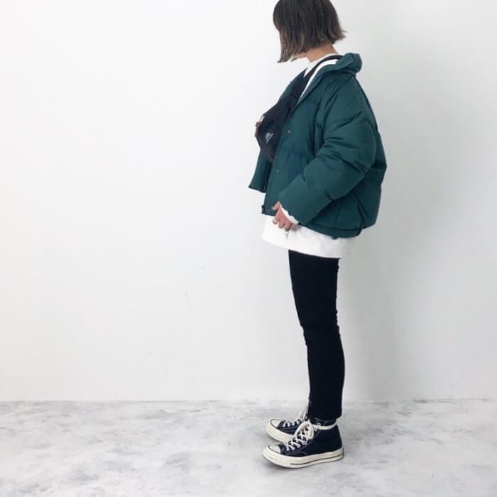 モスグリーンのダウンジャケットと白インナー×黒スキニーのコーデ画像