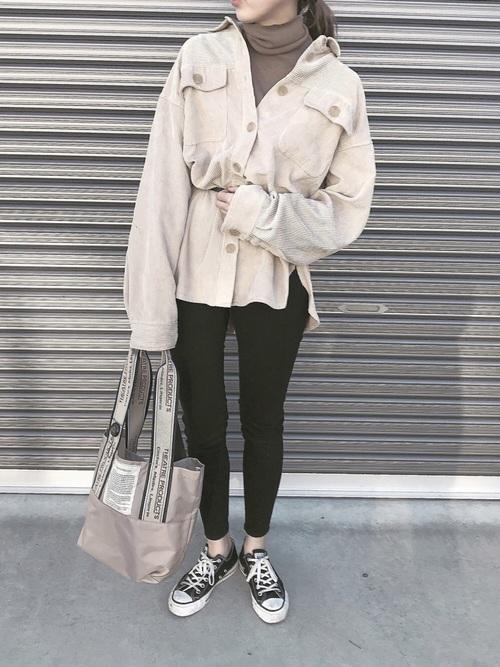 アイボリーコーデュロイシャツ×黒スキニーのコーデ画像
