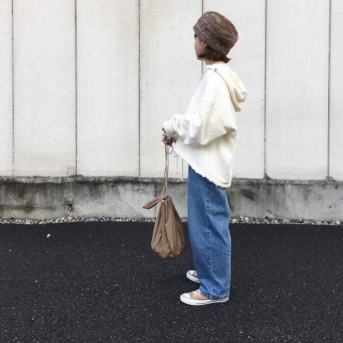 白スウェットパーカー×デニムワイドパンツのコーデ画像