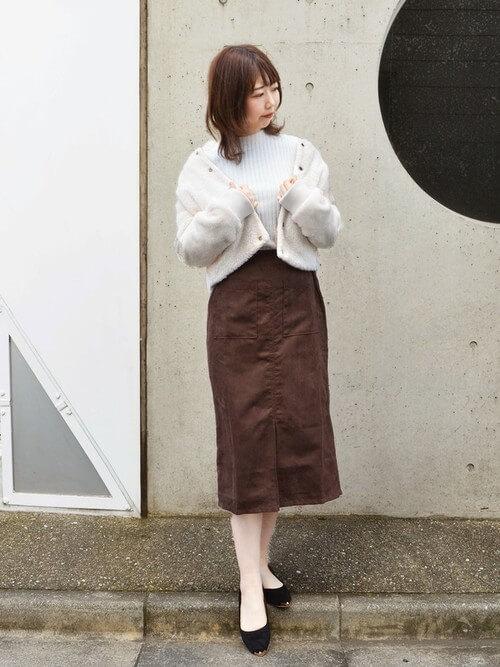 ボアブルゾン×茶色タイトスカートのコーデ画像
