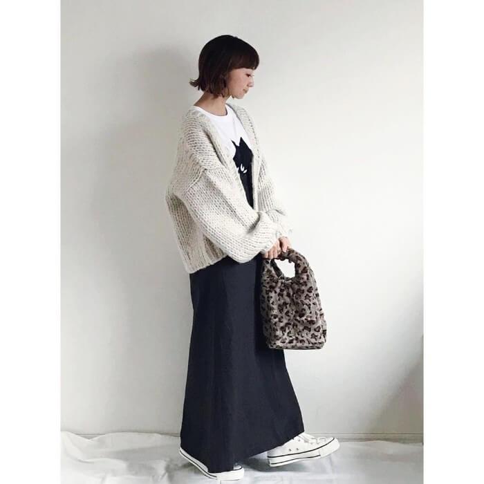 ざっくりニットカーデ×マキシ丈黒スカートのコーデ画像