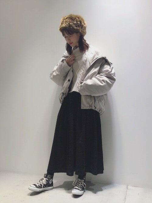 白マウンテンパーカーでアスレジャーミックススタイルのコーデ画像