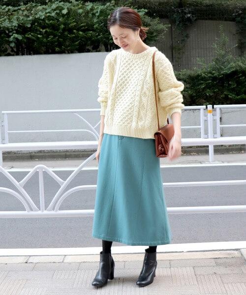 ミントブルーロングスカート×白ニットのコーデ画像