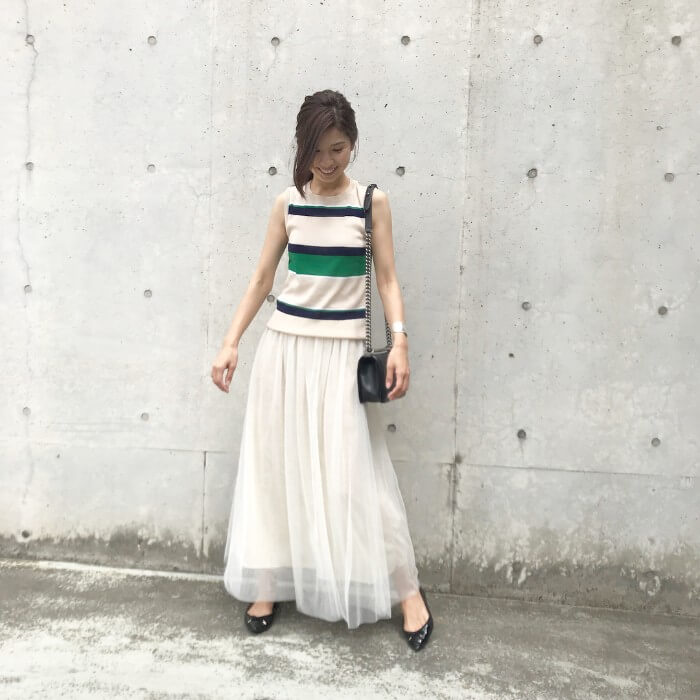 白チュールのロングスカート×トラッド調のコーデ画像