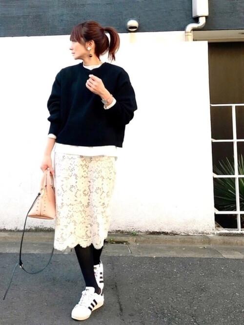 白レースタイトスカート×ローテクスニーカー&ゆるトップスのコーデ画像