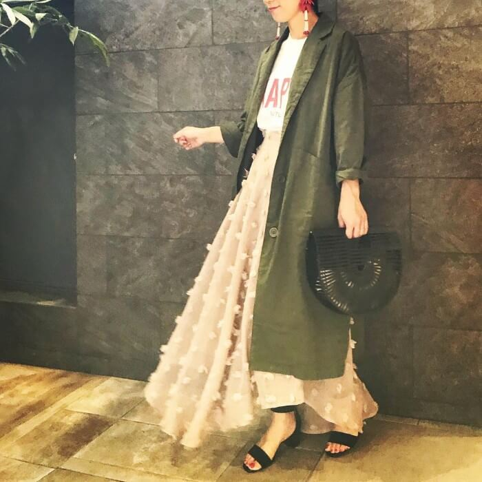カーキロングジャケット×ベージュフレアスカートのコーデ画像
