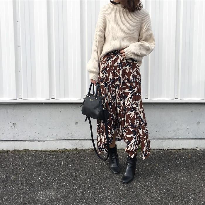花柄ロングスカートとベージュニットのコーデ画像