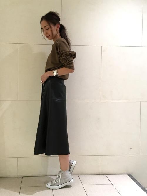 レザーAラインスカートの大人カジュアルコーデ画像