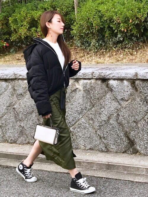 ナイロンラップスカート×黒ダウンジャケットのコーデ画像