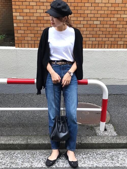 黒キャスケット×白T×ジーンズの帽子コーデ画像