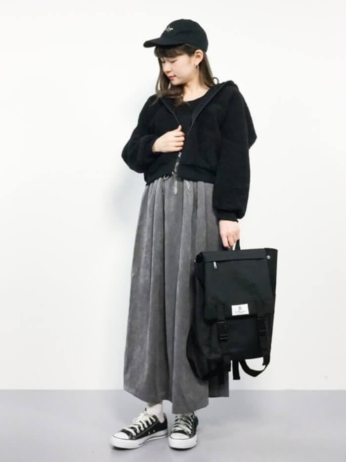 黒ボアパーカー×グレーマキシ丈スカートのコーデ画像