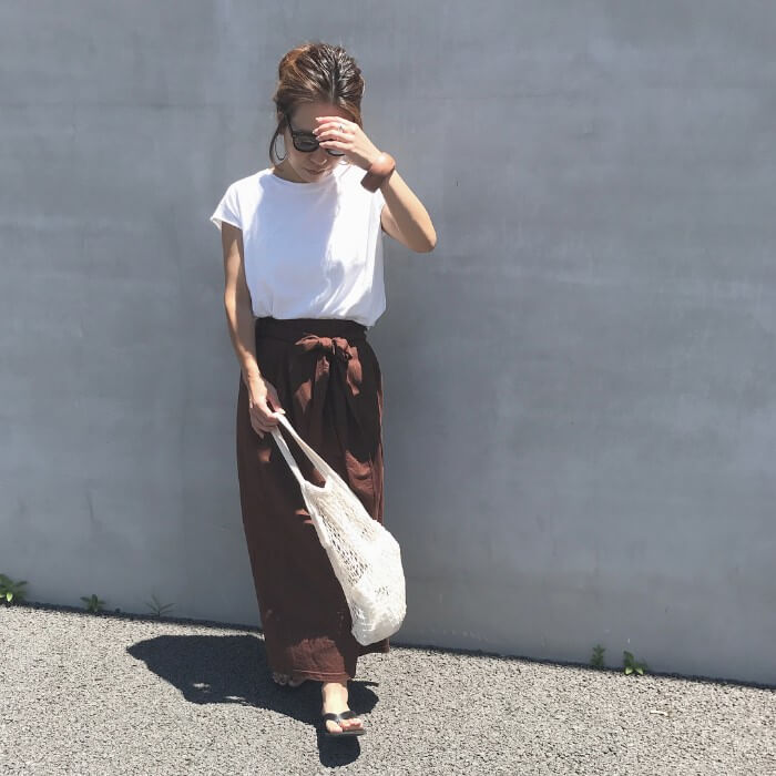 茶色タイトロングスカートと白Tのコーデ画像