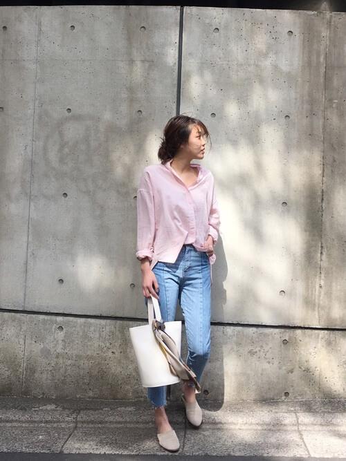 ピンクシャツ×スキニーデニム×白小物のコーデ画像