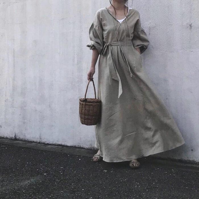 ベージュマキシ丈ワンピース×白キャミソールのコーデ画像