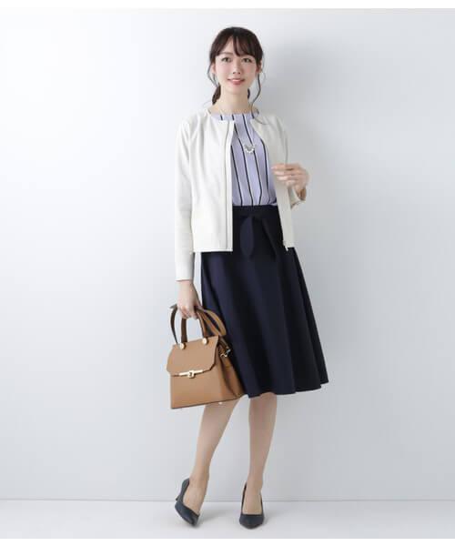 白ブルゾン×ネイビースカートのコーデ画像