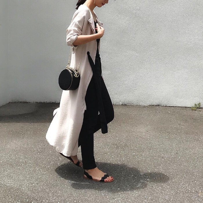 黒スキニーパンツ×白ワンピースのコーデ画像