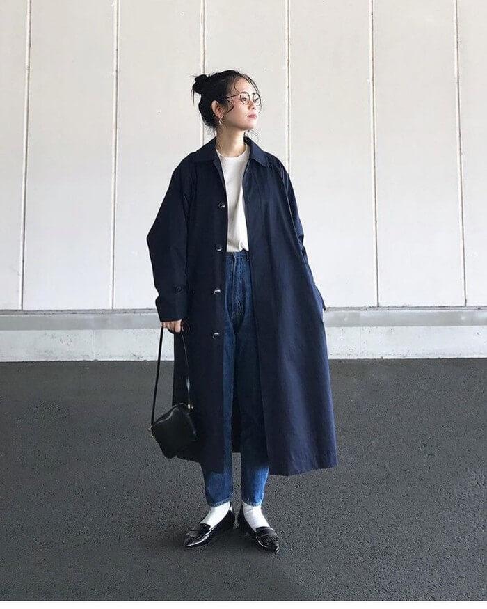 デニムアンクルパンツ×白靴下×黒ローファーのコーデ画像