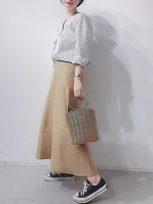 白ストライプブラウス×ベージュロングスカートのコーデ画像
