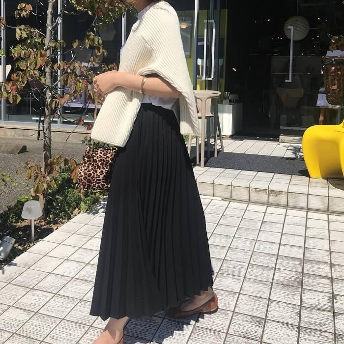 黒ロングプリーツスカート×白ニット