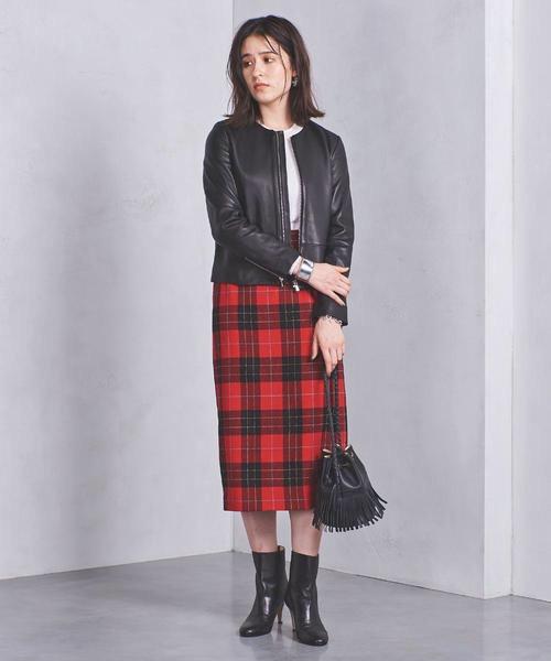 黒シングルライダース×赤チェックタイトスカートのコーデ画像