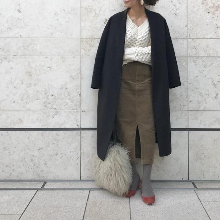 カーキタイトスカート×グレータイツのコーデ画像